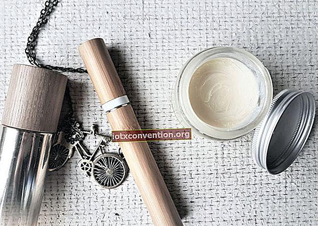 Machen Sie Ihren eigenen Lippenbalsam (einfach, billig und natürlich).