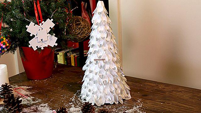 Ricicla le tue bottiglie di plastica per creare decorazioni natalizie.