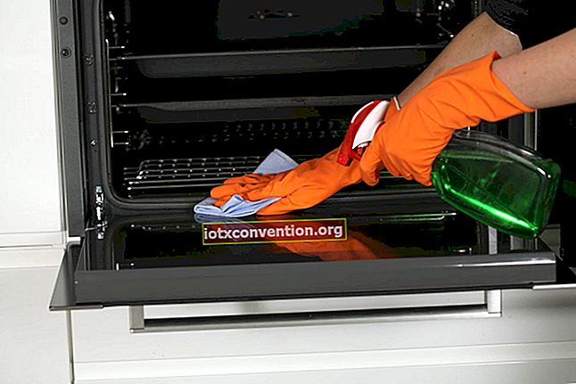 Bagaimana cara membersihkan ketuhar dengan baking soda?