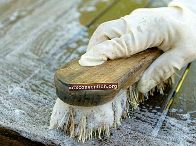 Il suggerimento sorprendente per pulire facilmente un tavolo di legno.