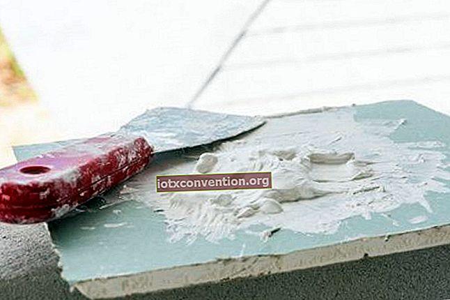 Come usare il dentifricio per riempire i buchi in un muro bianco.