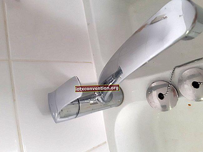 Aceto bianco per pulire il microonde senza stancarti.