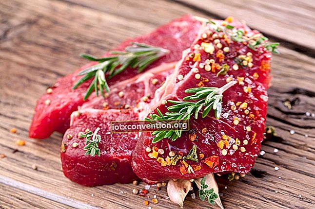 Il trucco per scongelare rapidamente la carne.